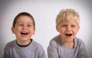 二人の少年が笑っている
