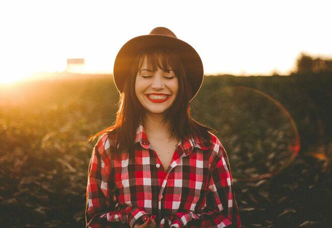 女性が笑顔で笑っている