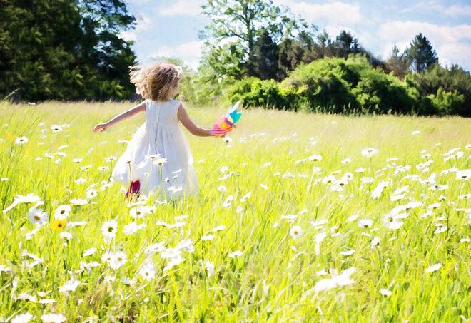 野原を走る少女