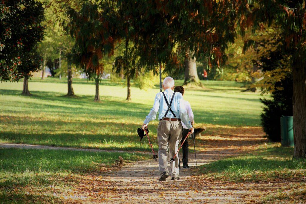 公園の小道を歩く夫婦