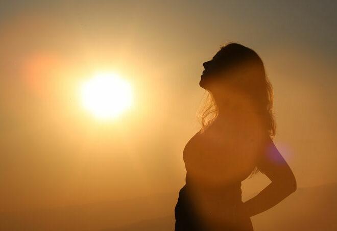 美しい女性を夕日が照らしている