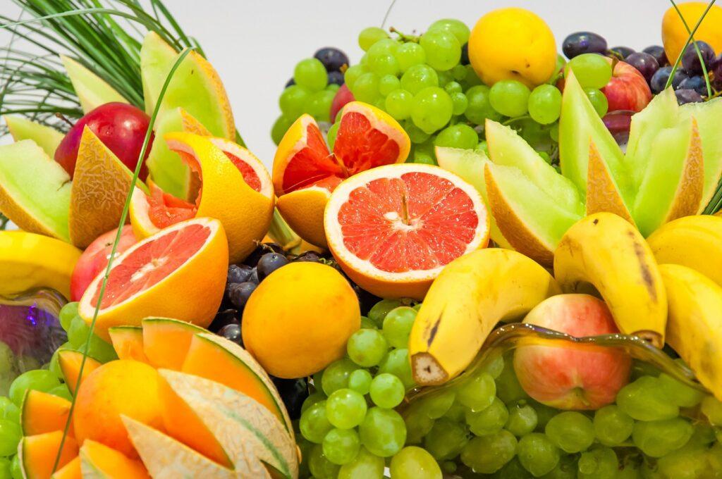 様々な色の果物が並んでいる