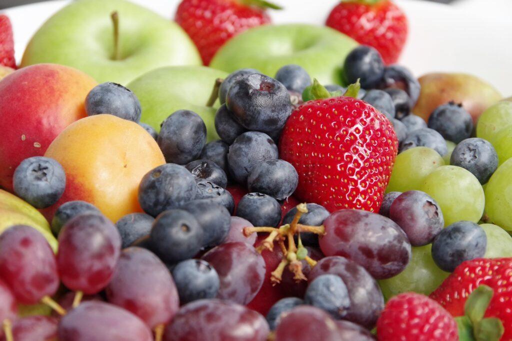 カラフルな果物は並んでいる