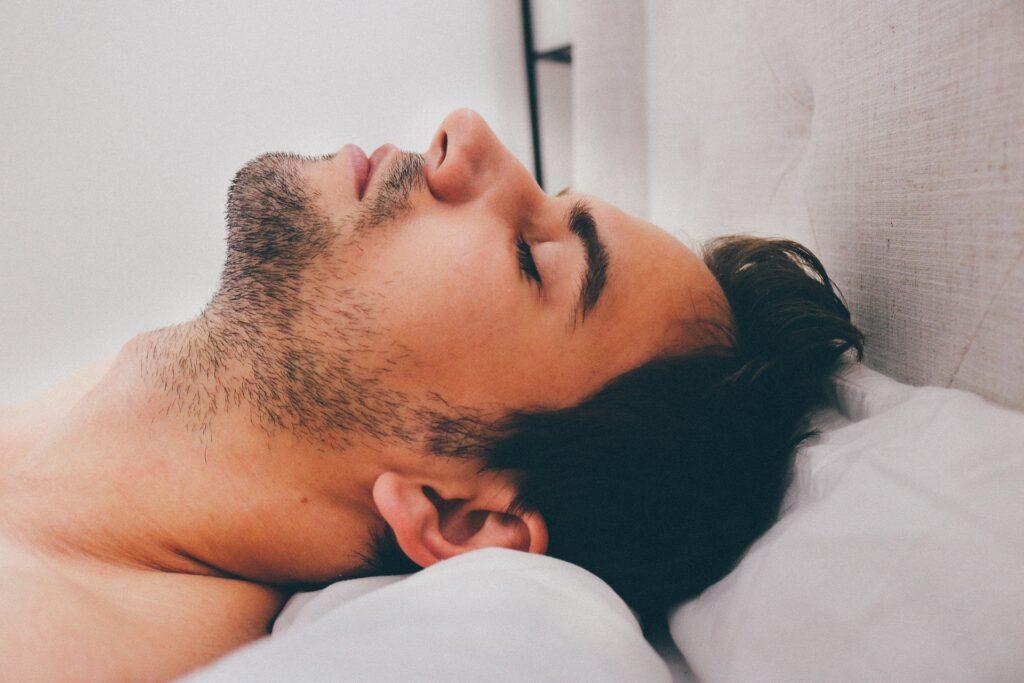 男性が仮眠をとっている