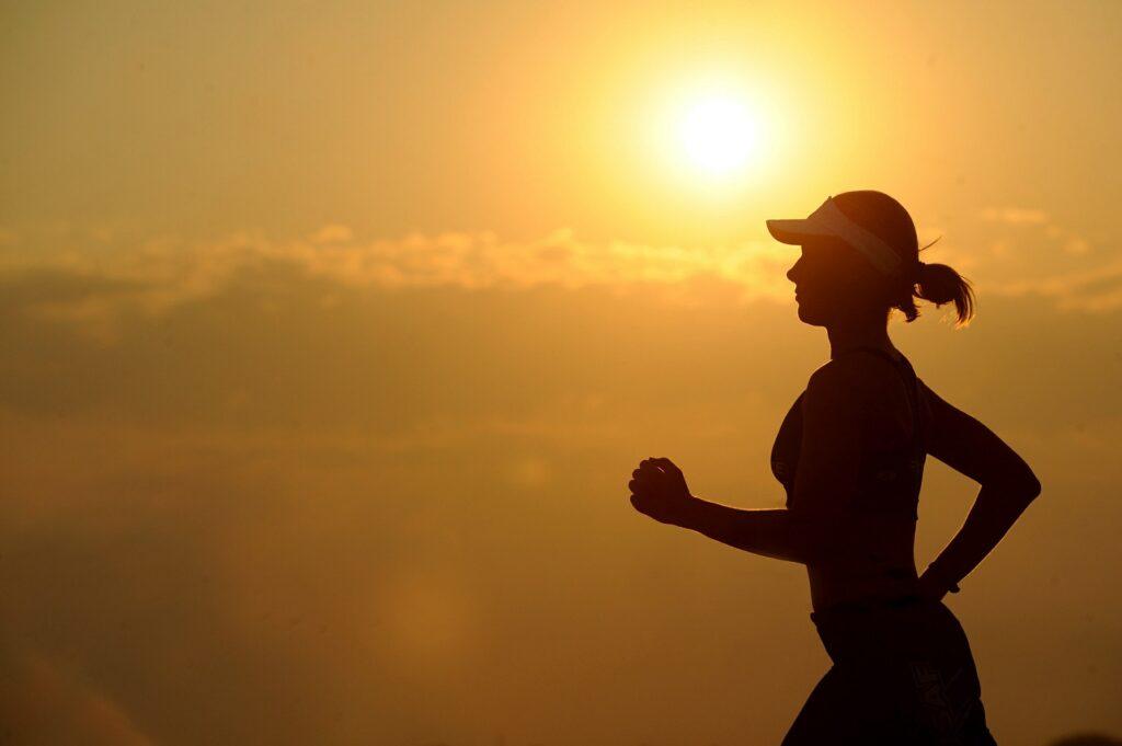 ダイエットに励む走る女性