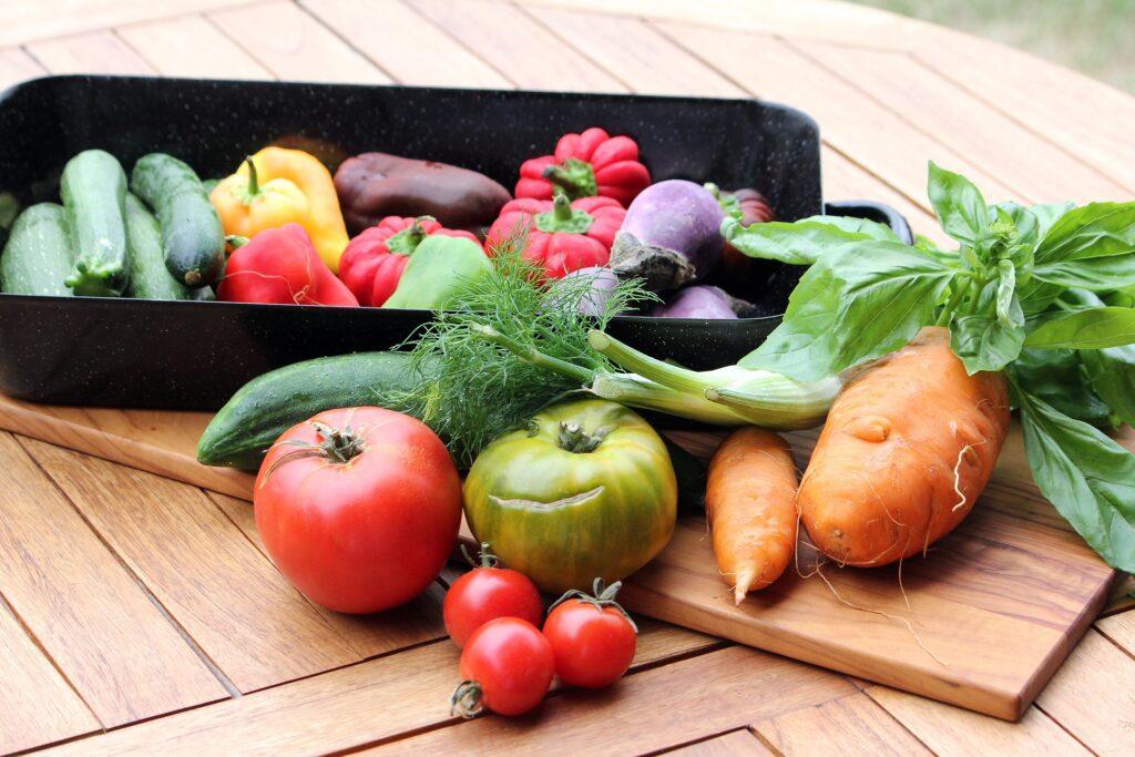 様々な色の野菜がたくさん並んでいる