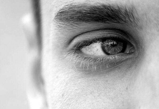透き通る眼差しな目で見つめる男性