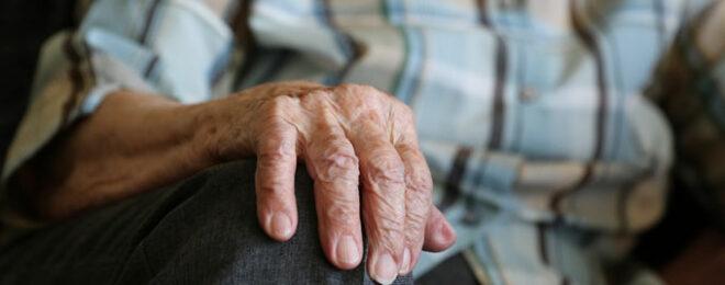 年齢を重ねたおばあちゃんの手