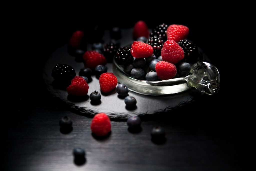 黒色と赤色のブルーベリーとラズベリーが並んでいる