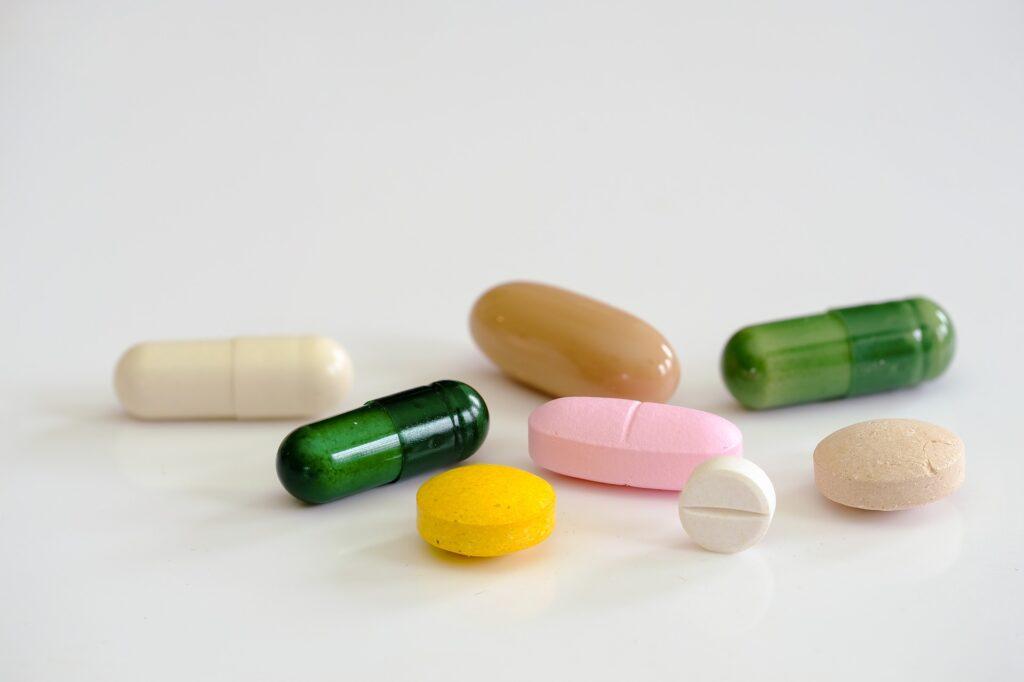 様々な色が並んでいる錠剤やサプリメント