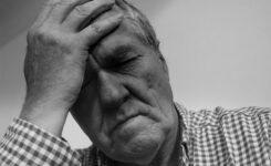 疲れているおじいちゃんが頭を悩ませている