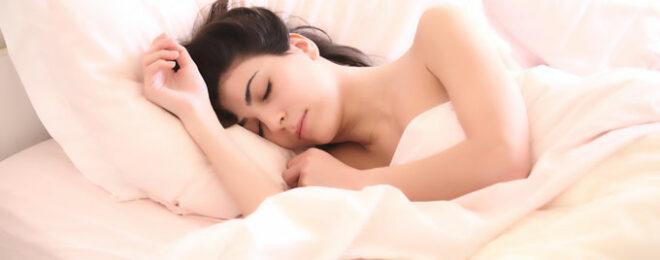 綺麗な女性が睡眠をとって美容に心がけている